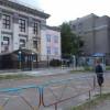 В Киеве волонтеры покрасили забор посольства РФ в Украине в цвета украинского флага (ФОТО)