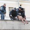 Российский художник-акционист отрезал себе мочку уха на крыше лечебницы, в которой находится Савченко (ФОТО)
