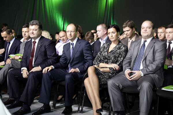 По центру Петр Порошенко и Арсений Яценюк с женой. Фото УНИАН