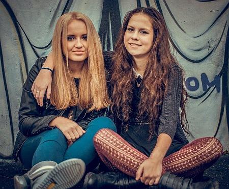 14-летняя Оля Царева с подругой