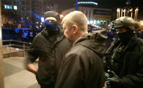 Асавелюк до сих пор работает в МВД (в маске слева)