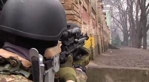 Снайпер стрелял по людям на углу Институтской и Банковой / youtube.com