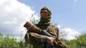 Боевик с автоматом Калашникова в руках, который назвал себя Бахтияром, уроженцем Узбекистана (фото сделано 22 июня 2014 года в г. Сиверск, Донецкая область