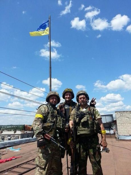2-ой батальон Нацгвардии установил флаг Украины на горсовете Славянска. Фото Евромайдан