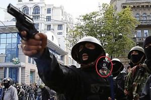 Милиционер, похожий на Д. Фучеджи наблюдает за вооруженными сепаратистами