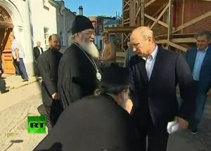 Священник в Карелии пресмыкается перед Путиным и целует ему руку