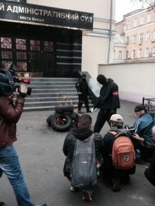Активисты около Окружного административного суда г. Киева  Фото: delo.ua