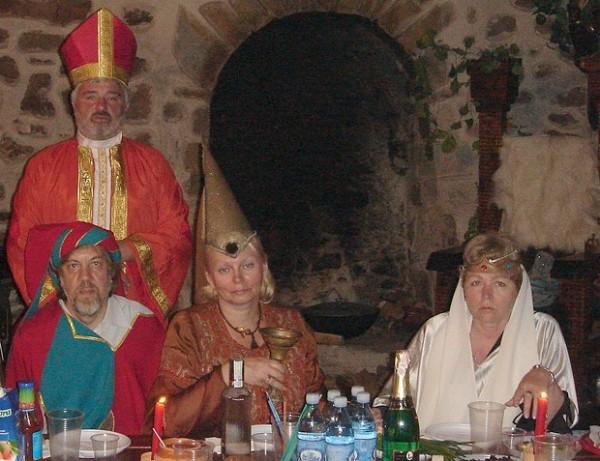 Очевидно, Неля Куковальская (сидит в центре) и Александр Фарбей (стоит) недурно проводили время в Генуэзской крепости