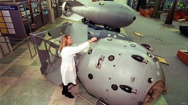 Сотрудница музея в Сарове, где в федеральном ядерном центре долгое время работал Голубев, чистит первую советскую ядерную бомбу