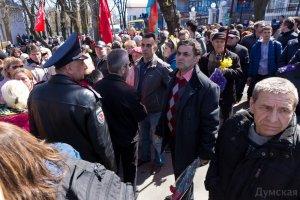 Порошенко встречали также люди с красными флагами, которые отрицательно восприняли его визит Думская