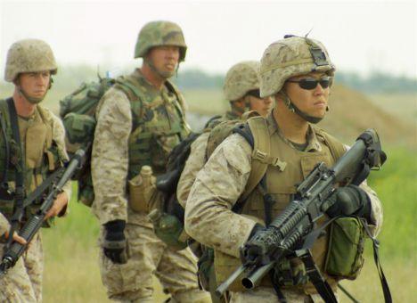 Бойцов учат обращаться с оружием, умело маскироваться, применять приемы личной защиты