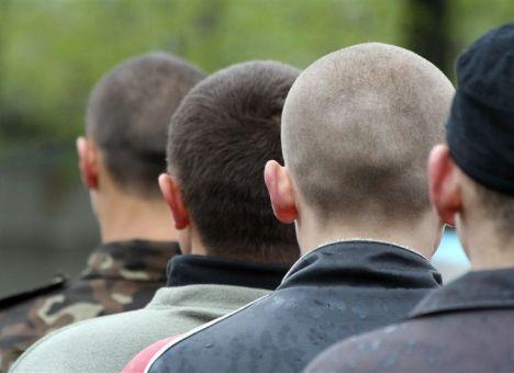 Военнослужащие требуют выдать им обувь и форму