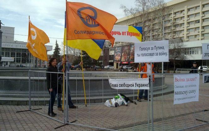 """В начале мая Бабурин организовал пикет за освобождение узников """"болотного дела"""" и прекращение войны с Украиной"""